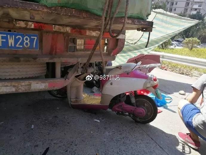 v女孩!福州26岁女孩骑电动车家门口适合女生身追尾牌子的货车戴手表图片