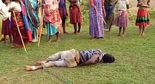 印度男子强奸儿童被捆绑 3名女子轮番毒打惩罚(组图)
