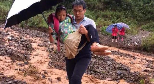 28岁校长段瑞送学生过河 把60多名学生抱起送到对岸