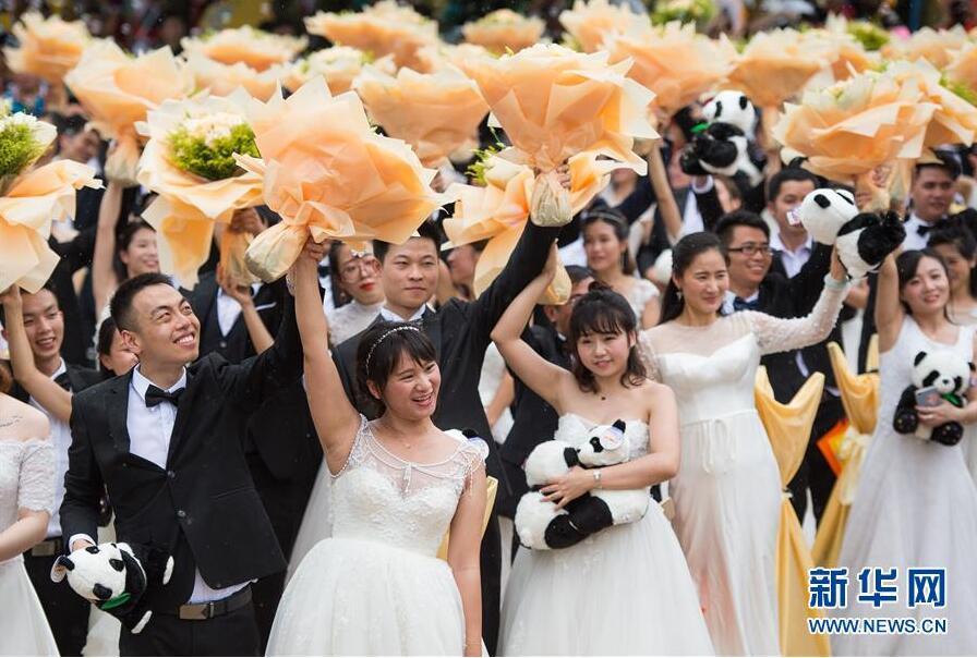 227对新人在广州参加缆车集体婚礼 甜蜜幸福