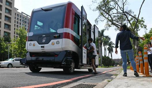 台湾首辆无人驾驶巴士测试 可搭载12人
