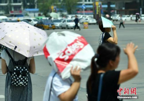 7月11日,河北石家庄民众高温中出行。该省气象台发布高温红色预警信号,受强暖气团影响,预计当日下午,部分地区最高气温可达37-39℃,局地超过40℃。 <a target='_blank' href='http://www.chinanews.com/'>中新社</a>记者 翟羽佳 摄