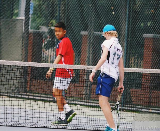 那英13岁儿子高兴参加网球比赛 那英低调陪伴