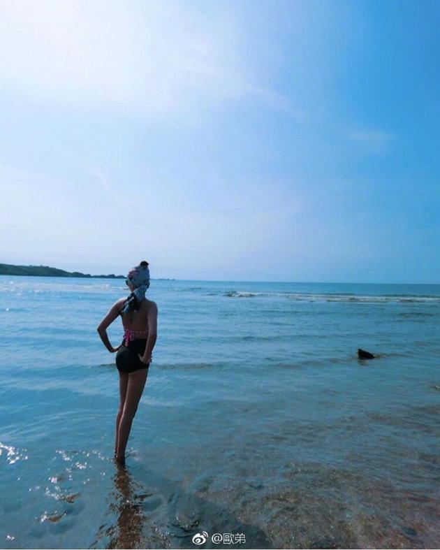 欧弟一家海边游玩老婆秀长腿 jojo玩嗨不想回家