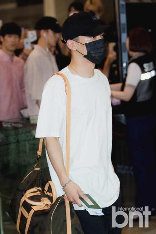 组图:EXO现身机场飞日本 全副武装口罩遮面