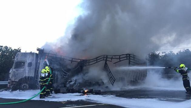 沈海高速一货车自燃 现场火光冲天浓烟滚滚
