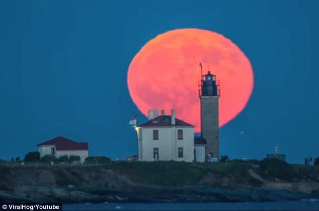 橙红色圆月惊现美罗德岛 美轮美奂仿若童话仙境