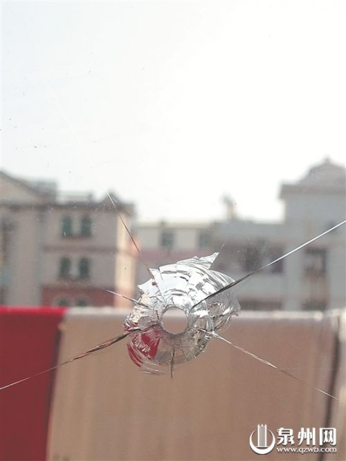 玻璃门被射穿留下孔洞