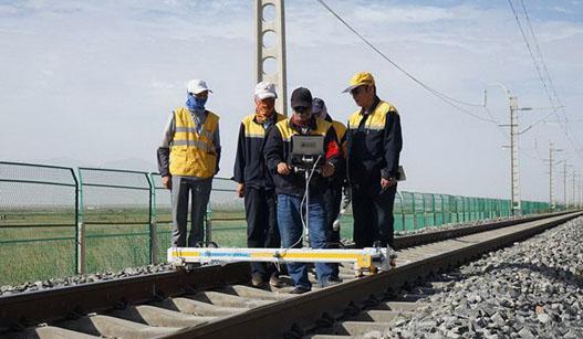 """""""天路""""的坚守:探访青藏铁路养护工"""