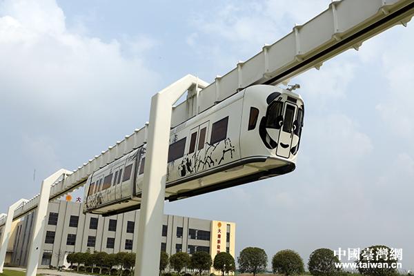 两岸记者参观成都新能源悬挂式空中列车