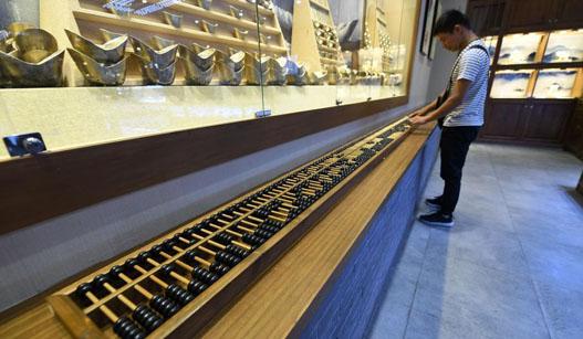 巨型算盘长6米 可供20人同时算账
