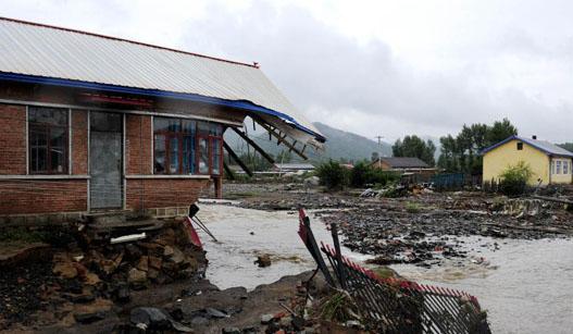 黑龙江多个村庄遭暴雨袭击 救援工作持续