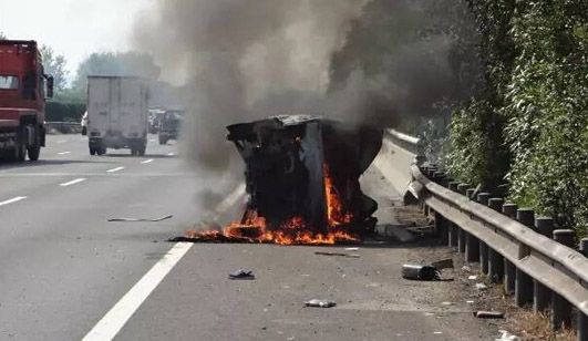 面包车高速侧翻冒烟 过路司机救下一家七口