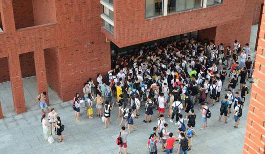 暑期来临 高校考研族掀占座狂潮