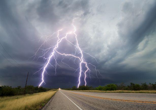 美国摄影师跟踪拍摄绝美雷暴 震撼仿若末日大片