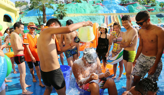 """重庆多地发布高温红色预警 市民体验""""冰桶挑战"""""""
