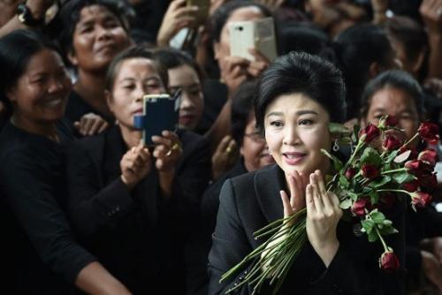 """泰国前总理英拉出庭抱鲜花 """"大米渎职案""""将于8月宣判"""