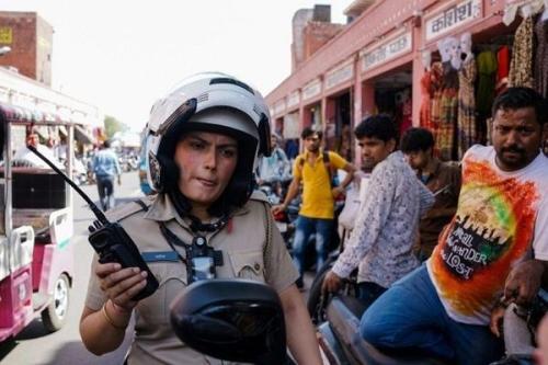 印度女警巡逻队的成员在街道上巡逻。(图片来源:法新社)