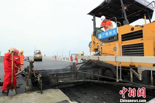 港珠澳大桥主体工程桥梁工程桥面铺装完成施工