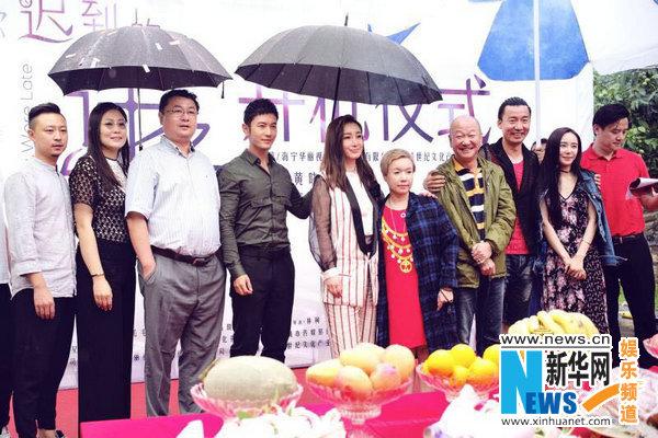 黄晓明新戏发红冒雨撑伞包为美女开机自己淋古风紫衣美女图片