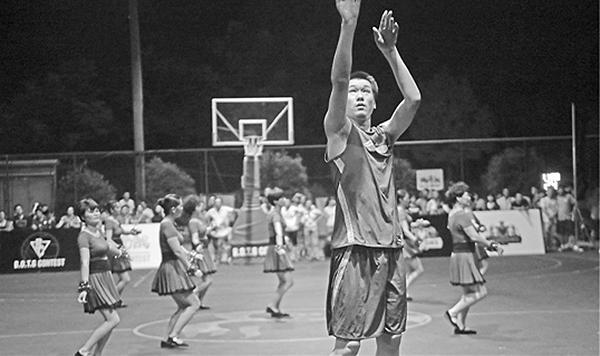 杭州一镇小伙篮球比赛 广场舞大妈客串篮球宝贝