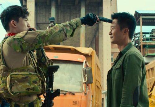 《战狼2》拒天价明星,而自降身价的这两位却备受争议