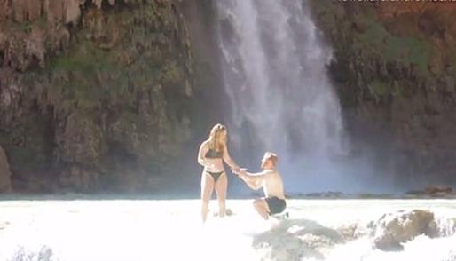 美国男子瀑布下向女友求婚 戒指尴尬意外遗失