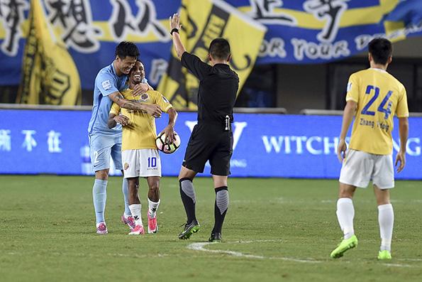 足协杯半场比赛中断30分钟 裁判只给5分钟补时