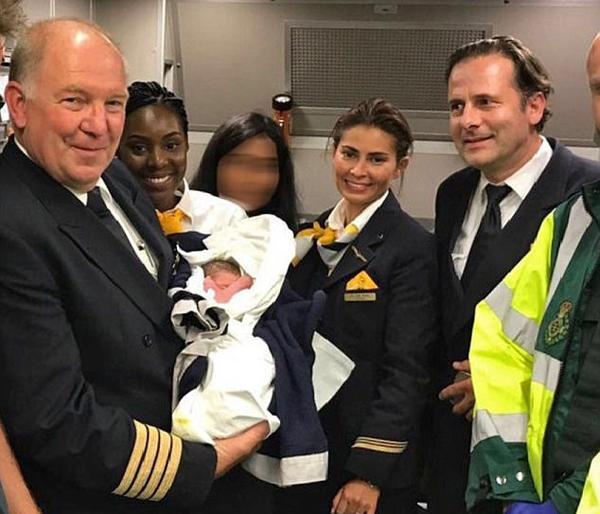 孕妇万米高空诞下男婴 原定航班为其更改航线