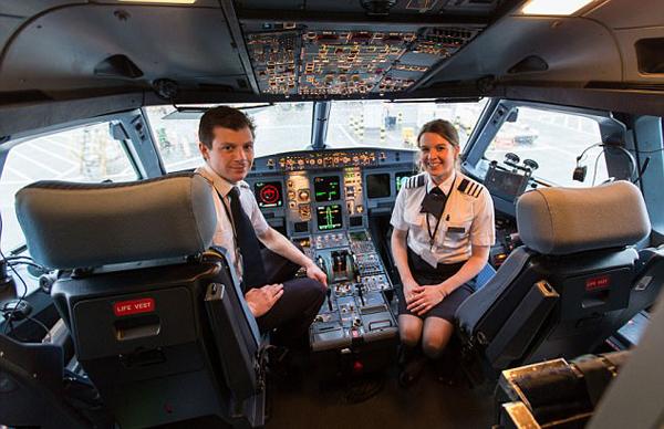 """""""比翼双飞""""!英国飞行员夫妇结缘飞机现同机共事"""