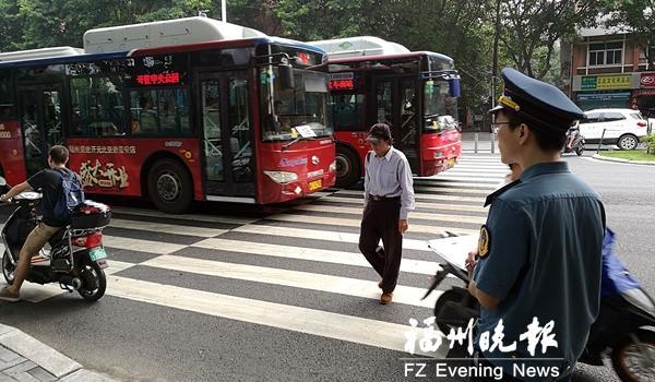 福州推进公交车斑马线礼让 督察组守无探头路口