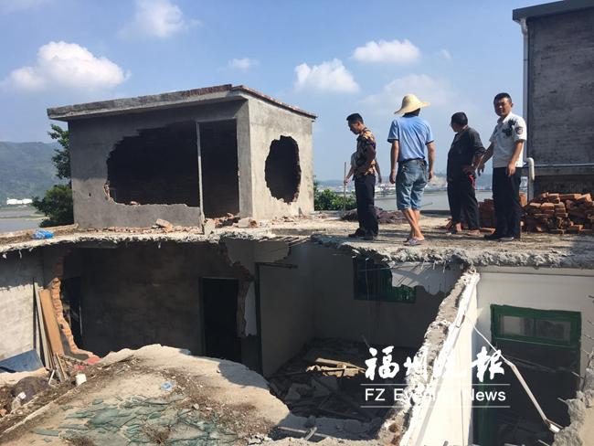 马尾拆除双峰村两处违法搭盖房屋 面积180平方米