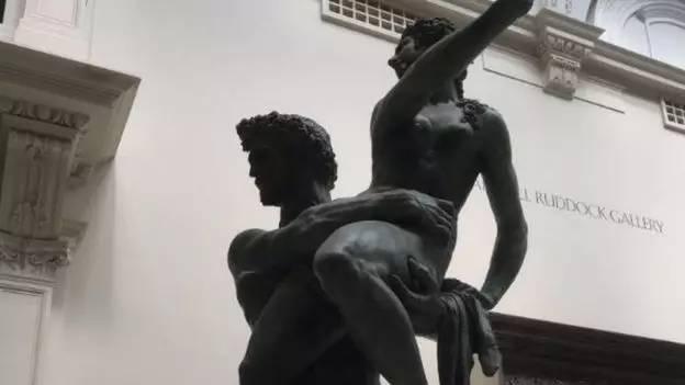 """女子博物馆哺乳被要求""""遮羞"""" 吐槽雕塑也裸体"""