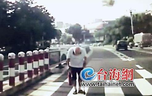 莆田88岁老人过斑马线 向礼让司机脱帽鞠躬