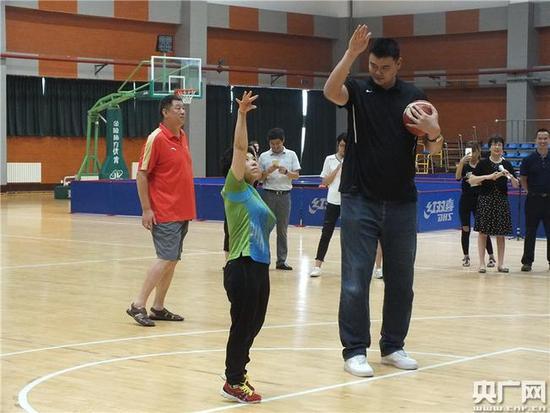 乒乓球史上最大身高差对决 姚明弯腰对战邓亚萍