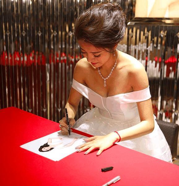 同样是穿抹胸裙,刘亦菲的身材和安以轩不在一个档次