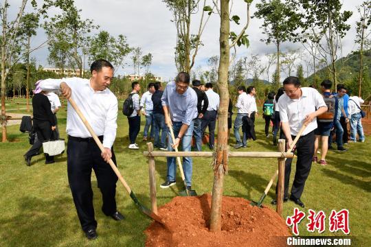 连胜文一行在云南大学种植友谊树。 刘冉阳 摄