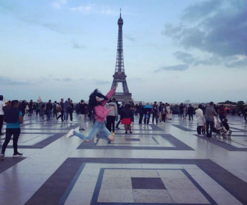 放飞自我!张馨予巴黎街头卖画 网友:混不下去就回来