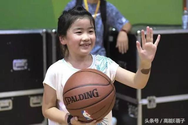 姚明7岁女儿身高1米5,打篮球有模有样,这些女星快高过男星了