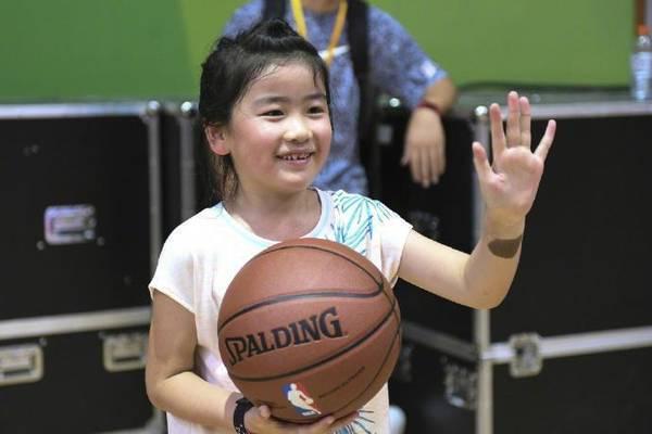 姚明女儿姚沁蕾7岁就1米6!打球投篮有模有样颇有乃父之风