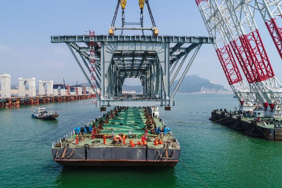 世界最长跨海峡公铁两用大桥首片钢桁梁架设成功