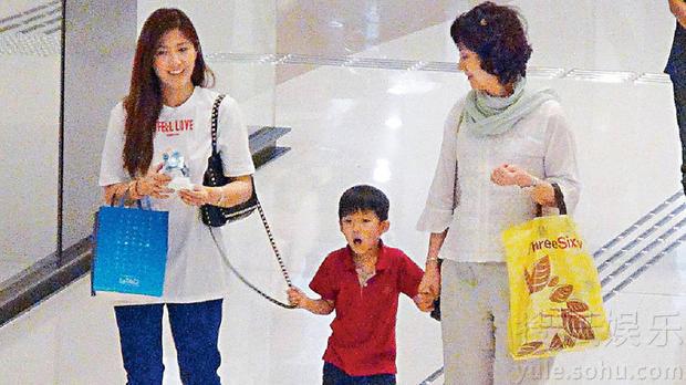 洪金宝妻子跟儿媳逛街 有说有笑感情甚好