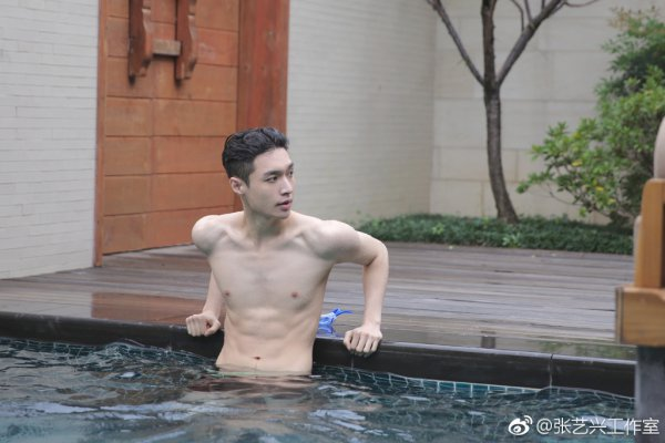 小绵羊张艺兴泳池写真曝光 湿身半裸浴袍腹肌撩人抢镜