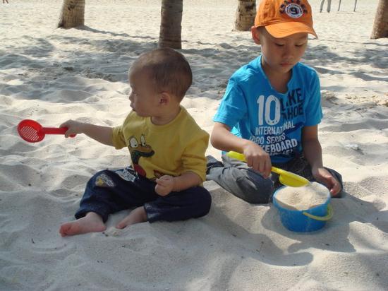 家长尽量让孩子自己玩耍 培养孩子自主意识能力