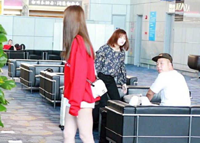 沈梦辰身穿红色长袖外套玩下衣失踪现身机场和杜海涛甜蜜晒恩爱