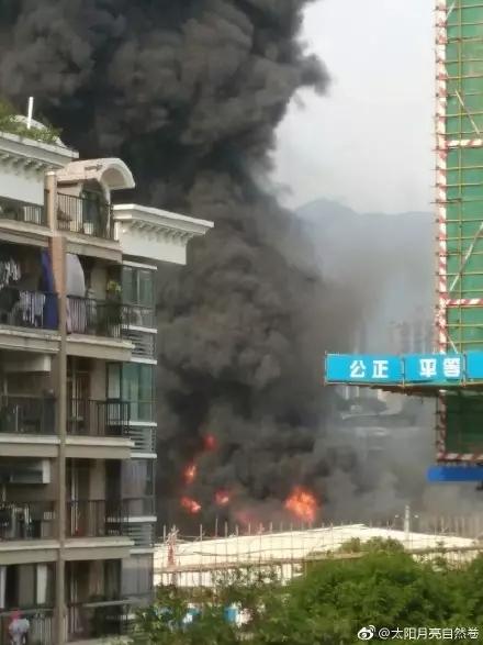 突发!福州五四北附近一仓库发生火灾!黑烟冲天!