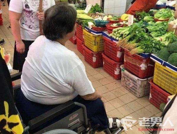 洪金宝被拍到坐轮椅去市场买菜 洪金宝是得了什么病严重吗?
