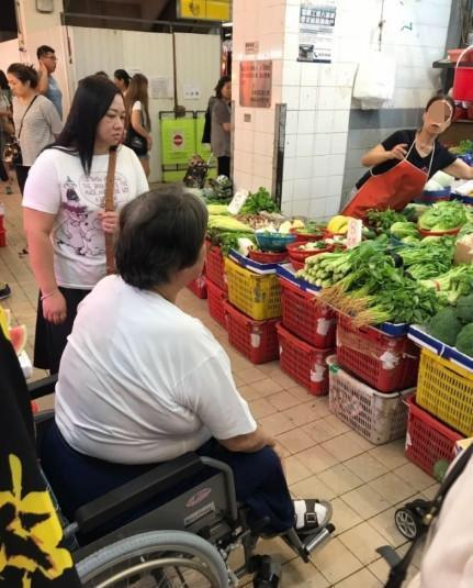 65岁洪金宝出门买菜!坐着轮椅三人伺候无不霸气!