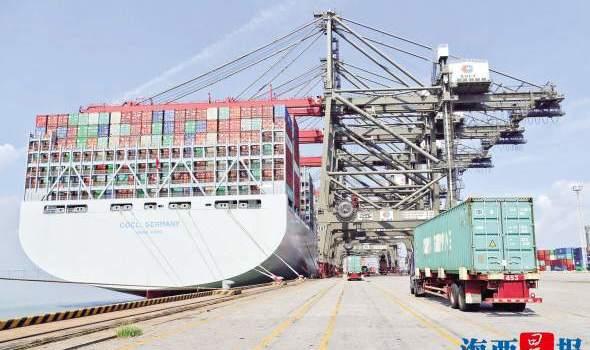 全球最大集装箱船靠泊厦门远海码头 船长超航母