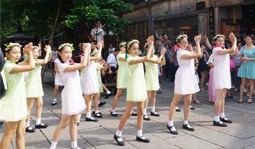 ca88亚洲城娱乐平台福州学生玩快闪 献礼教师节